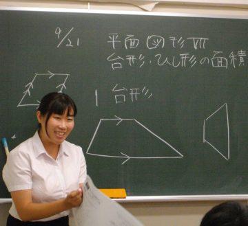 笑顔で周囲を巻き込み授業を行う玉水さん