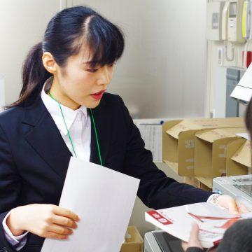 業務体験で真剣な表情で取り組む山崎さん。凛とした姿勢に彼女の良さが出ている。