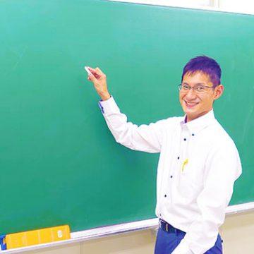 黒板に向かう講師
